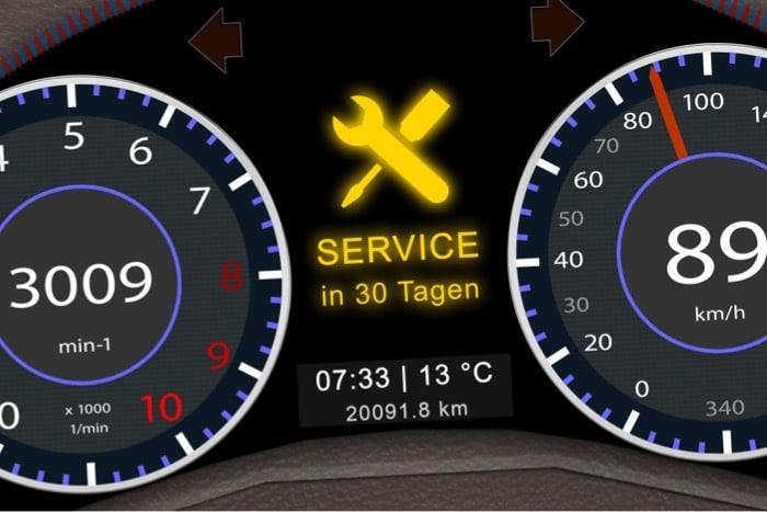 Service-Hinweis im Display eines Autos